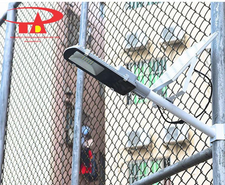 đèn đường năng lượng mặt trời 30w hiệu suất cao chiếu sáng sân trường
