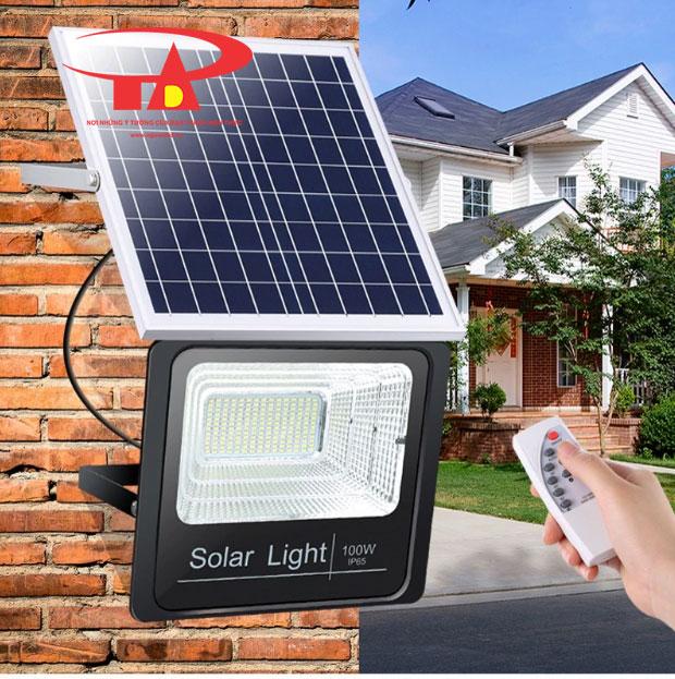 đèn pha led năng lượng mặt trời 100w dễ lắp đặt, chiếu sáng khuôn viên
