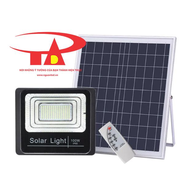 đèn pha led năng lượng mặt trời 100w chiếu sáng nhà cừa