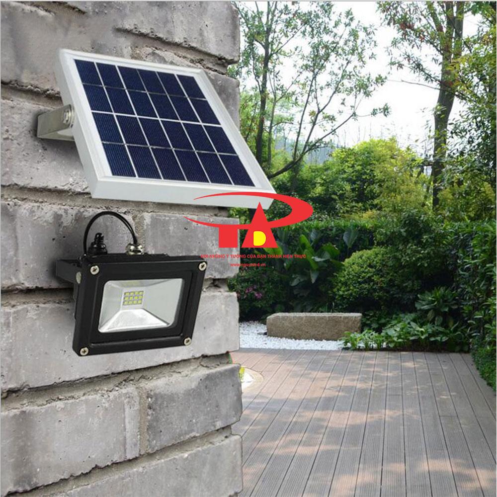 đèn led pha chiếu sân banh, nhà xe 10w bằng năng lượng mặt trời