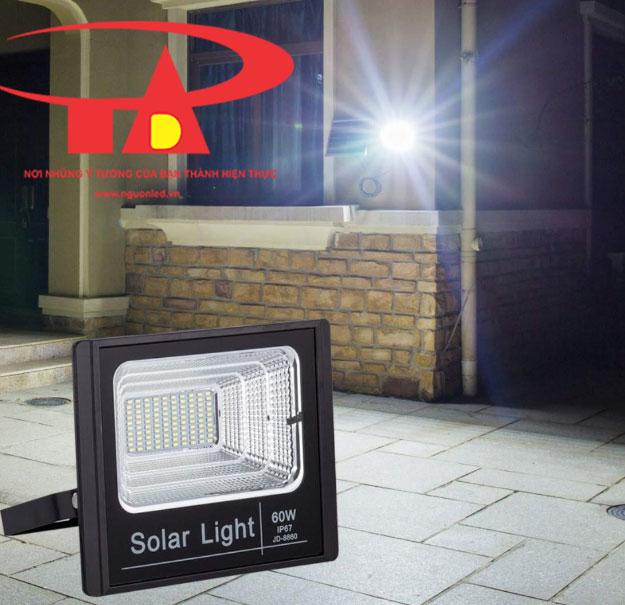 đèn pha led năng lượng mặt trời 60w chiếu sáng khuôn viên, sân vườn